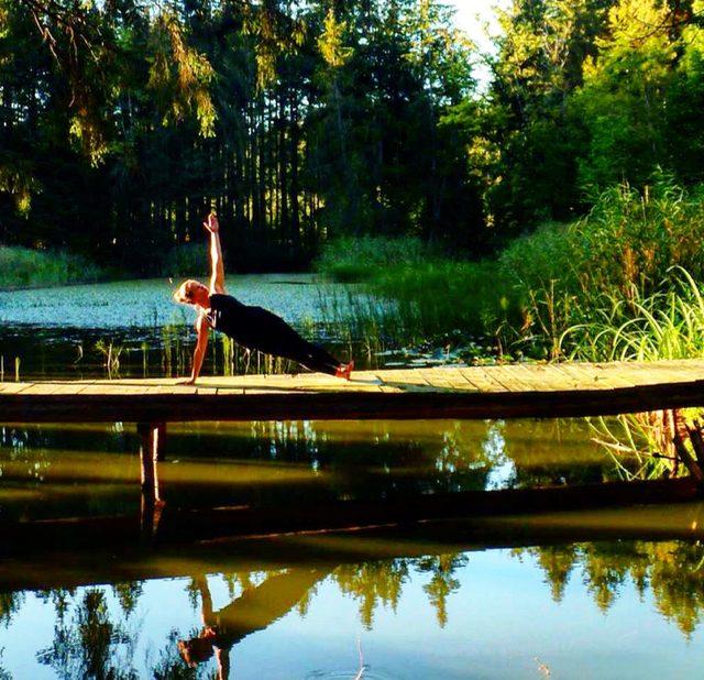 Yoga Übung, Pose, Asana, Vasisthasana, Seit Planke, Samira, München